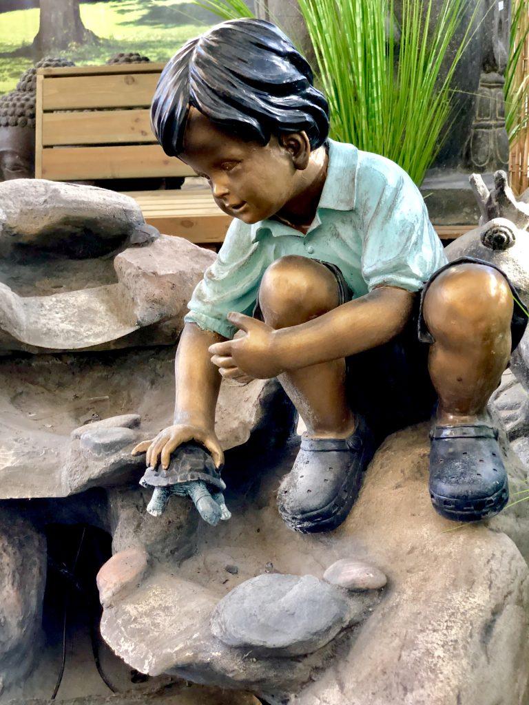 Eine Bronzefigur für den Gartenbrunnen Kind mit Schildkröte aus Bronze